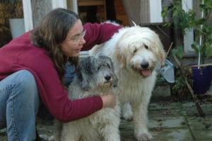 Hundeforum-Sterbebegleitung. Angela Kämper kniet neben den beiden Hunden Carena und Sancho